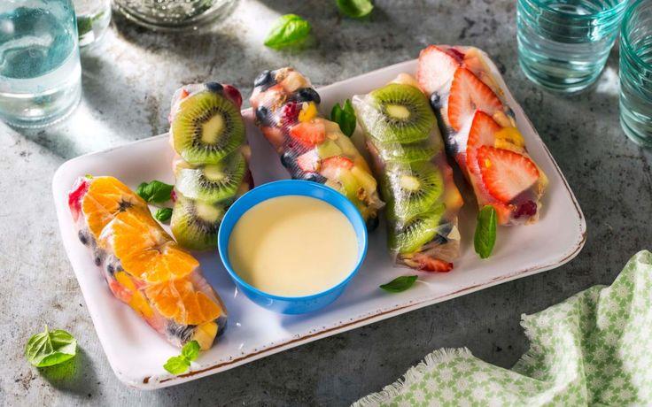Ferske vårruller fylt med søte frukter og bær er gøy å servere som dessert. Vi har brukt ananas, mango, klementiner og bær i våre, men bruk det du liker best, og server med en deilig vaniljesaus til!