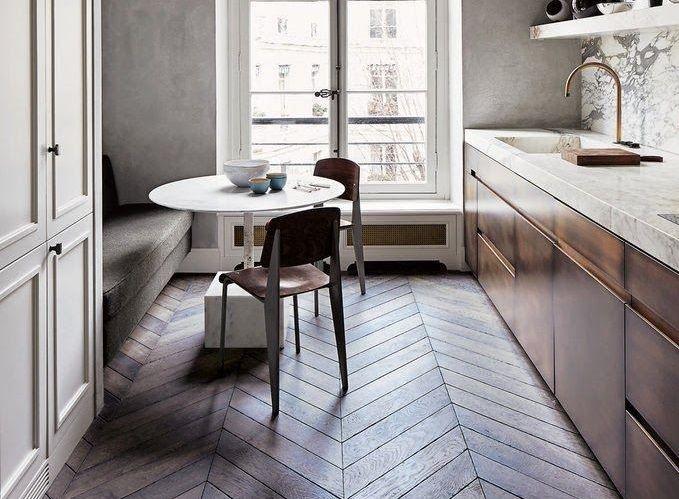 Hongaarsepunt vloer in de keuken in prachtig contrast met het marmeren keukenblad