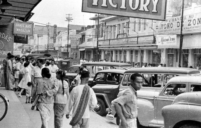 Suasana Pasar Baru di depan Toko de Zon, awal abad ke-20.