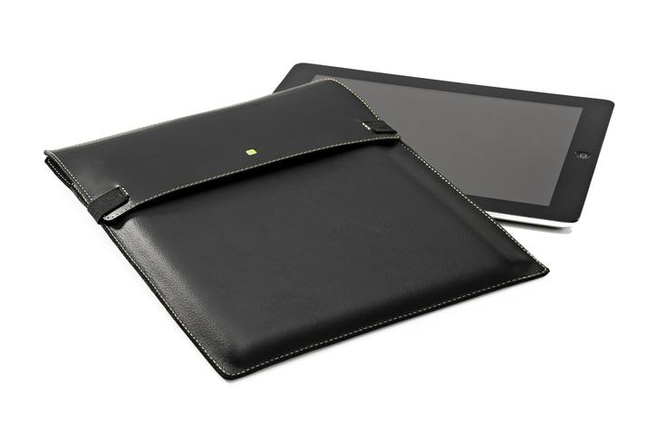 Exclusivo y protector estuche tipo sobre para llevar tu iPad con seguridad y distnción.  Elaborado en cuero eco responsable (certificado ISO 14.000). Como pegante se ha usado látex natural.
