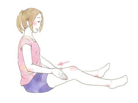 むくみ解消=足を前に伸ばして膝から太ももに向かってやさしくなであげる