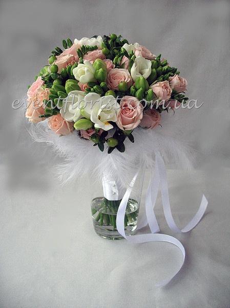 Свадебный букет из кустовых роз, фрезии, хиперикума, перьев