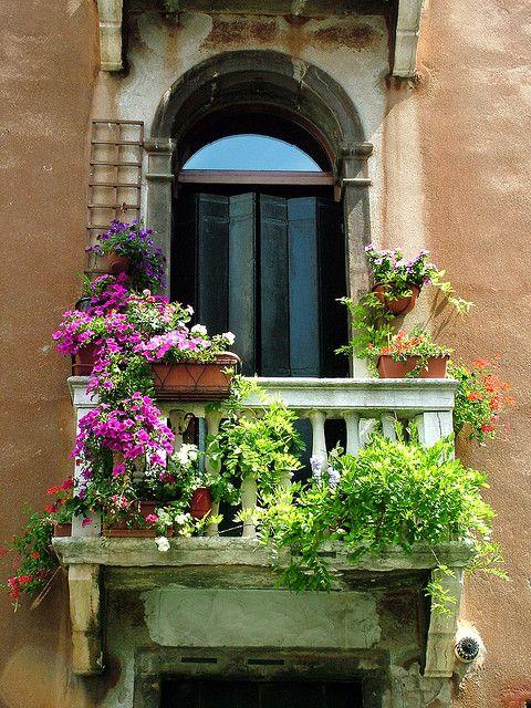 Balcón con flores.
