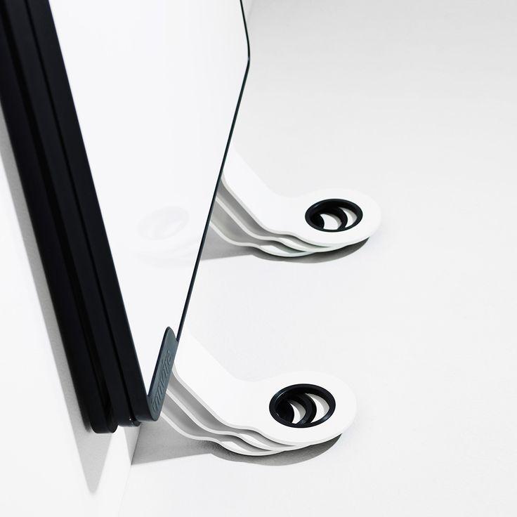 Diese weiße Tafel benötigt keine Wandmontage. Kann überall problemlos eingesetzt werden, alleine oder in einer Gruppe von mehreren Tafeln. Die Oberfläche ist auch magnetisch. Das Modell Sketchalot ist mit zwei abnehmbaren, leicht zu montieren Stützbeinen vorgesehen.