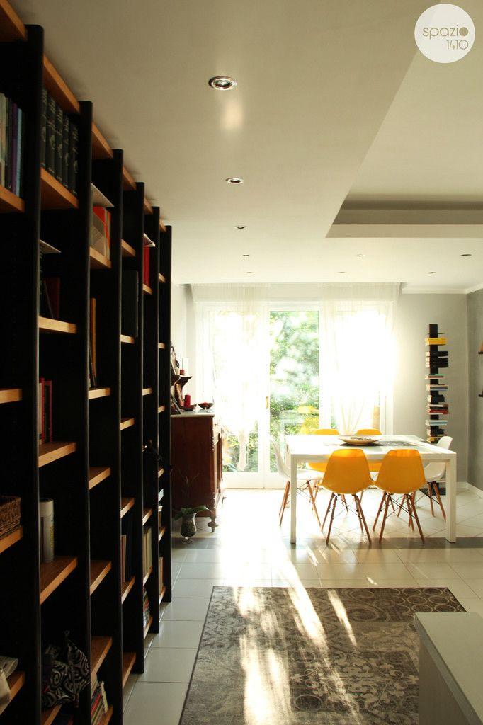 INGRESSO :: L'ingresso è caratterizzato dalla grande libreria che la committenza possiede da molti anni, indispensabile per accogliere i tanti libri presenti. I faretti posti in tutte le parti ribassate mettono la mettono in risalto e creano un'atmosfera calda e raffinata. #casa #interni #interior #design #home