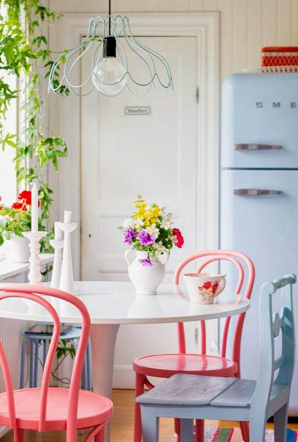 ChicDecó | Spring fresh dining room in soft blue and coral with tulip table