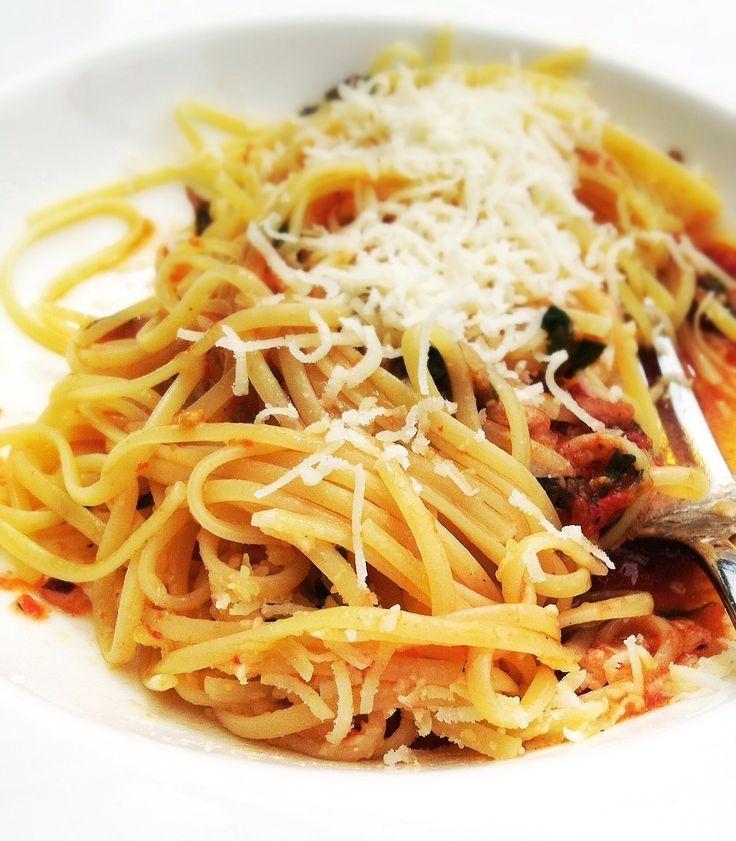 Spaghetti mit kalter Tomaten-Ajvar-Sauce.  Perfekte Sommerpasta für einen heißen Tag. Mit Tomaten, Ajvar und Basilikum.