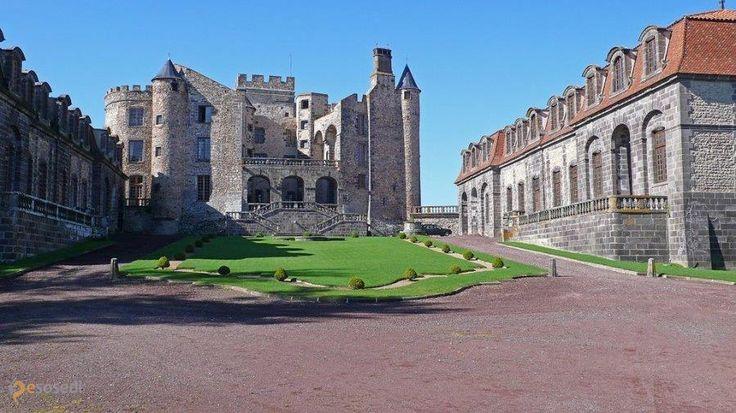 Замок Шазерон – #Франция #Овернь (#FR_C) Средневековый замок, открыт для туристов. Замок 11 века, крылья 17 век.  ↳ http://ru.esosedi.org/FR/C/1000442819/zamok_shazeron/