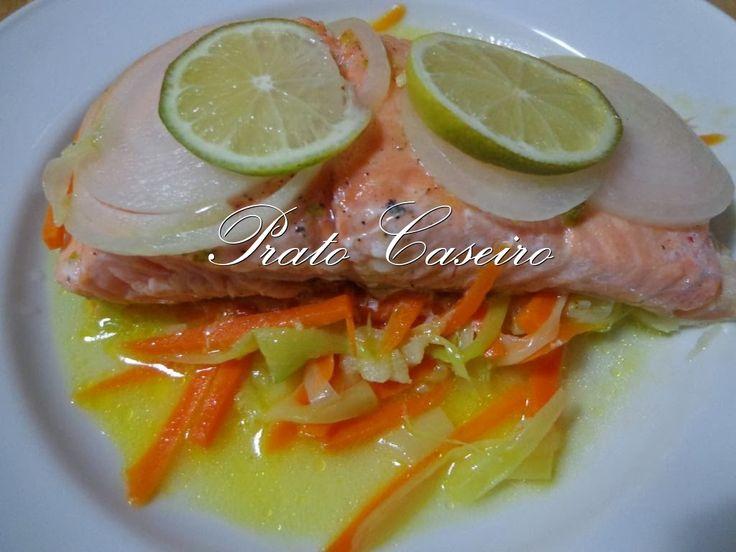 Prato Caseiro: Salmão em papelote com legumes em juliana