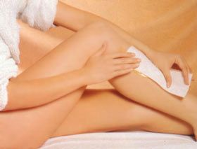 La depilación con cera tiene muchas ventajas comparada a la maquina de afeitar: -El vello tarda en crecer hasta 6 semanas. -A medida que se tienen varias depilaciones usando la cera el vello nace mas débil y menos denso. -El tratamiento deja la piel mas tersa que la maquina de afeitar.