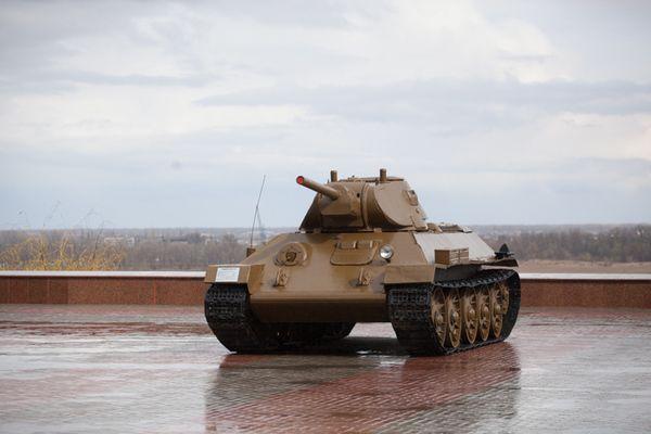 Память Сталинграда - http://russiatoday.eu/pamyat-stalingrada/ Для нашей страны танк на постаменте в качестве памятника — дело обычное. Однако, как правило, увековечены Т-34-85 послевоенного выпуска. Иногда можно встретить такие же ИС-3 (в начале событий в Донбассе один из них даже сум