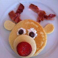 Renne aux pancakes  Un délicieux déjeuner pour les petits dans le thème de Noël. Ingrédients: - 1 boîte de mélange aux pancakes (ou vous pouvez préparer votre propre recette ici: https://www.ricardocuisine.com/recettes/5765-pancakes-dodues - bacon - fraises - grosses pépites de chocolat - crème fouettée  Faites cuire les pancakes et placez les ingrédients dans l'assiette comme sur l'image. Vos enfants vont adorer!