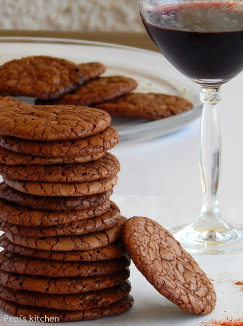Σοκολατένια μπισκότα με τσίλι http://www.pepiskitchen.blogspot.gr/2013/05/sokolatenia-biskota-me-tsili.html