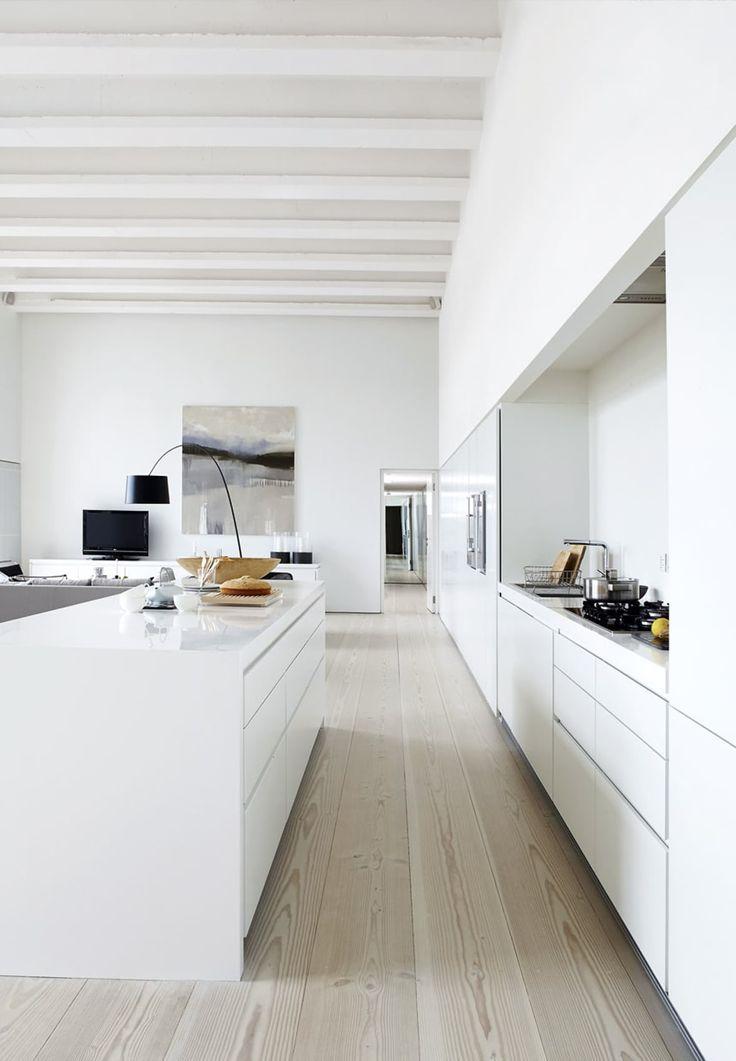 Få et indblik i Kirsten Sittard-Contaroudas fantastiske studielejlighed i bydelen Parsons Green i London. Kirsten og hendes mand har skabt et hjem, der er centreret omkring køkken-, spise- og opholdsplads med en smuk udsigt over Themsen.