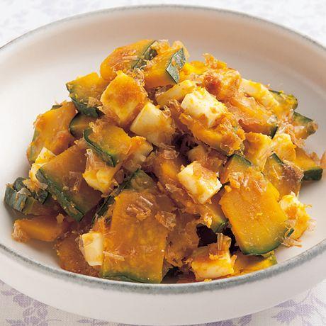 チーズとおかかじょうゆが相性抜群「かぼちゃのおかかチーズあえ」のレシピです。プロの料理家・伊藤晶子さんによる、プロセスチーズ、かぼちゃ、削りがつおなどを使った、144Kcalの料理レシピです。