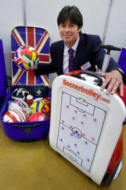 Trolley che contiene al suo interno tutto ciò che vi serve per un allenamento di calcio: sei palloni, fischietti, un kit da pronto soccorso e una lavagna magnetica.