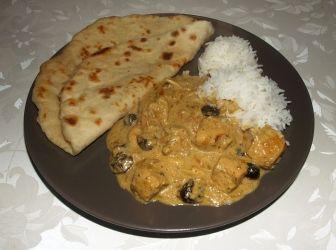 Korma curry vajas naannal és basmati rizzsel: Krémes, kókusztejes, kesudiós, mazsolás curry vajas naannal és basmati rizzsel tálalva. http://aprosef.hu/korma_curry_vajas_naannal_es_basmati_rizzsel