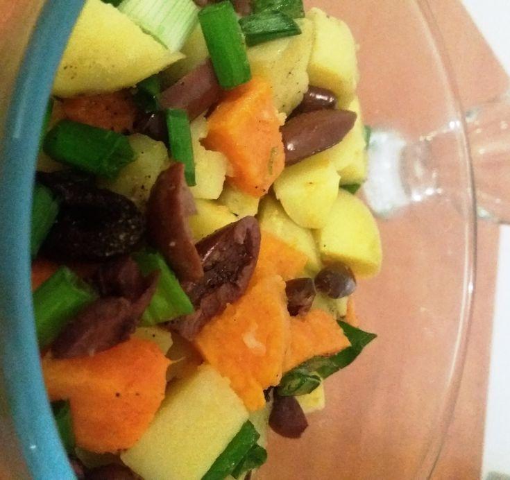 Colorată și aromată, salata cu cartofi în două culori este perfectă pentru copiii care încep să mănânce cu mâna.