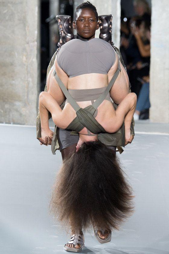 Рик Оуэнс заставил моделей принять позу 69 на своем показе в Париже - SUPER.ru
