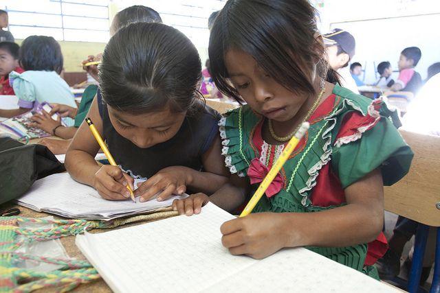 """""""Feminización de la pobreza… infantil"""". Al menos 2 de los 8 Objetivos de Desarrollo del Milenio aluden a la importancia de empoderar a la mujer para mejorar la calidad de vida de las personas de los países en desarrollo. El ODM 1 alude al rol de la mujer como responsable fundamental a la hora de alimentar a la familia. Por otra parte, el ODM 3 especifica la necesidad de educar a las niñas para mejorar las sociedades de los países más necesitados...  Foto Samuel Hauenstein, Guatemala"""
