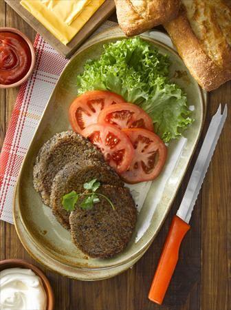 Prepara estas hamburguesas de quinoa y porotos negros, una excelente y deliciosa opción para la gente que está dejando la carne.
