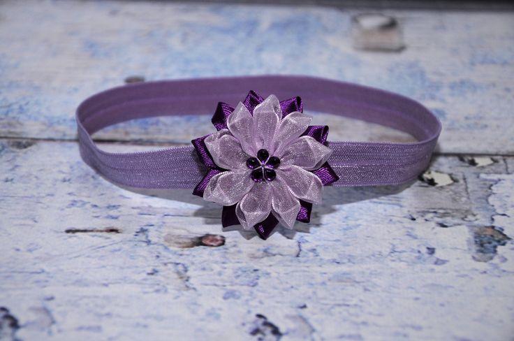 čelenka+-+fialová+-+průměr+květu+5cm,+střed+květu+zdobí+fialová+kytička+-+čelenka+je+z+pružného+materiálu,+krásně+přilne+k+hlavičce+a++netlačí+-+šiji+podle+obvodu+hlavičky,+alepokudnevíte+a+chcete+čelenkou++překvapit+jako+skvělým+dárkem,+stačí+zadat+pouze+věk+dítěte