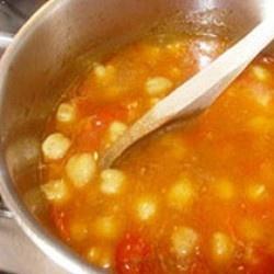 Che inverno è senza una minestra calda nelle giornate più fredde? La minestra di ceci alla toscana è un piatto delicato, sano e nutriente che vi scalderà e appagherà con poco sforzo.