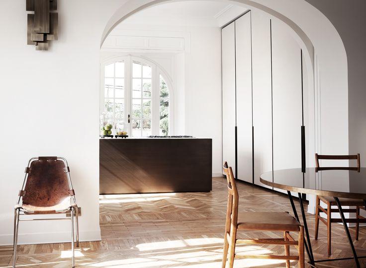 Apartment | Quincoces-Dragò & Partners  interieur lichtinval keuken eetkamer vloer hout wit keukenblok ruimte schakeling