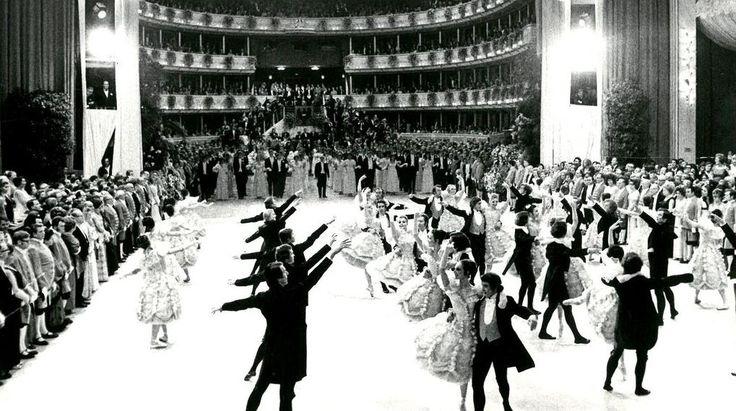 80 Jahre Wiener Opernball: Eröffnung mit dem Opernball-Ballett Wien 1972. Mehr zur Geschichte des Opernballs: http://www.nachrichten.at/nachrichten/150jahre/tagespost/Der-erste-Walzer-in-der-Oper;art171761,1639171 (Bild: Archiv)