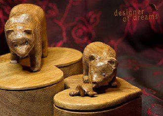 polandhandmade.pl #polandhandmade #rzeźba  Dwa puzderka w kształcie serc z niedźwiedzicą i małym niedźwiadkiem na wieczkach. Wykonany z królewskiego Doussie - szlachetne drewno z Afryki. Godne aby skrywać najcenniejszą biżuterię