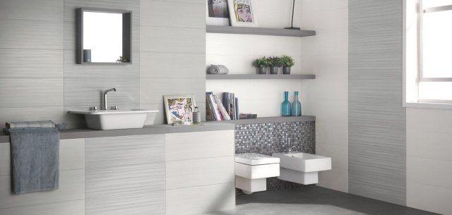 carrelage salle de bains en gris clair et mosaïque brillante grise