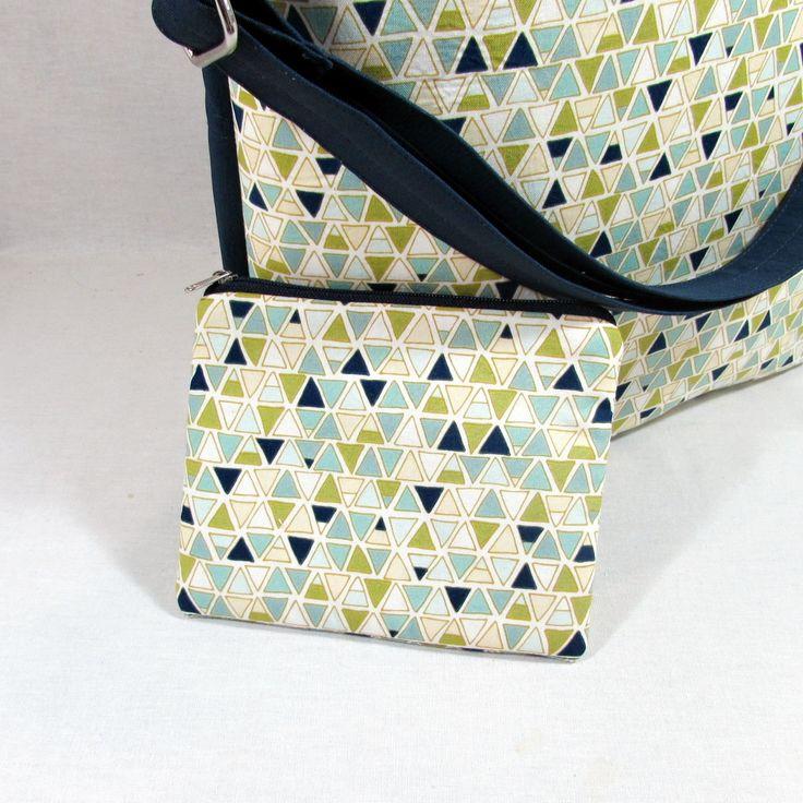 Emma+geometric+Praktická+,prostorná+kabelko+taška+,kterou+užijete+jak+na+cestu+do+práce+nebo+do+školy,na+cestování+nebo+nákup.+Ušitá+z+krásné+bavlněné+látky+s+geometrickým+motivem+a+tmavě+modré+potahové+látky,byrvy+džínoviny+Uvnitř+bavlněná+látka.Na+jedné+straně+zipová+kapsa,na+druhé+straně+dvě+různě+velké+kapsičky.+Ucha+přes+rameno+i+k+nošení+v+ruce+Pokud...
