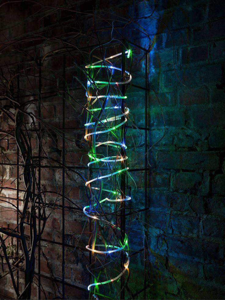 Batteridreven LED lysslynge med 65 eller 130 multifargede LED fra Konstsmide. Slyngen har en skumringssensor som automatisk tenner lyssettet ved skumring, du kan velge om den skal stå på i 6 eller 9 timer. Lyssettet slukkes så i 15 eller 18 timer og tennes ved skumring neste dag.