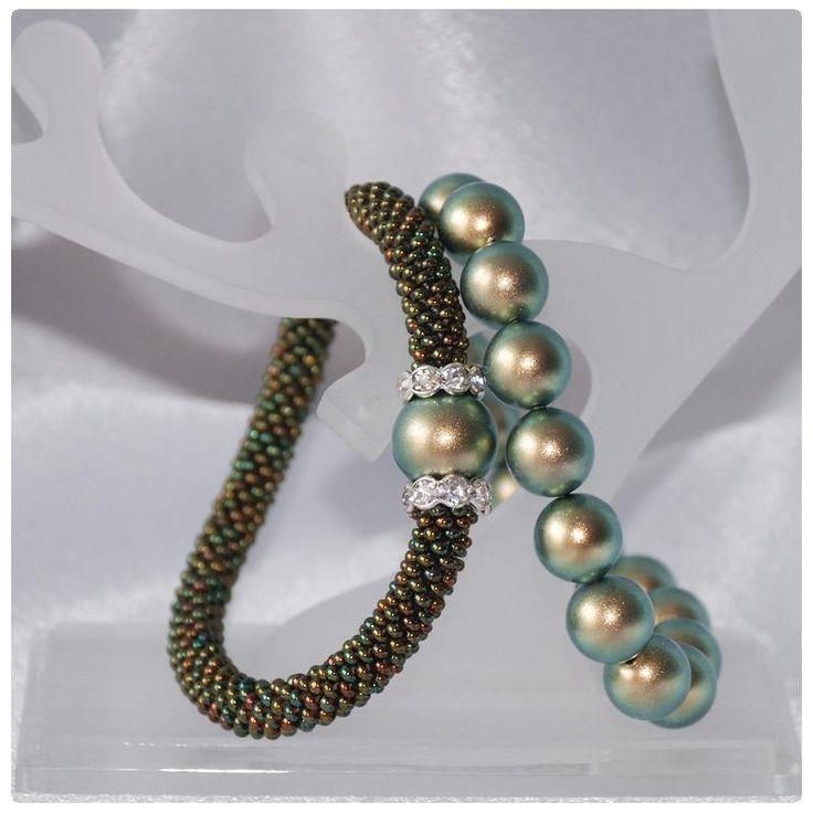 Karkötő inspirációk #Swarovski #Crystal Round gyöngyökből #Iridescent #Green színben. Az ékszereket Tóth Zsuzsanna készítette