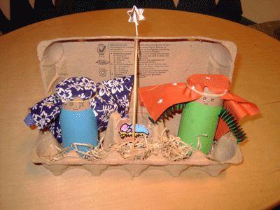 kerststalletje in eierdoos, gemaakt met kosteloos materiaal. (eierdoos, w.c. rolletjes, stof)