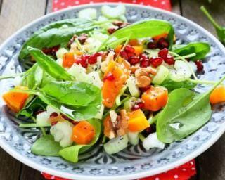 Salade folle de courge, céleri, épinards et grenade brûle-graisse : http://www.fourchette-et-bikini.fr/recettes/recettes-minceur/salade-folle-de-courge-celeri-epinards-et-grenade-brule-graisse.html