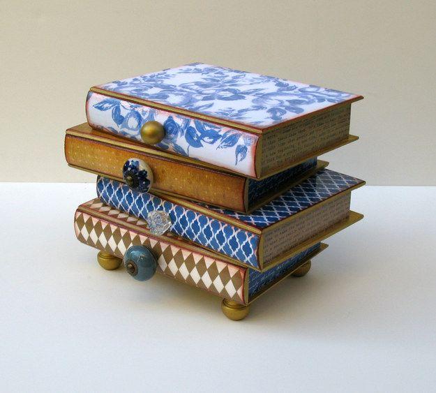 Alhajero de pila de libros | 23 Adorables regalos para los amantes de los libros que son demasiado lindos para las palabras