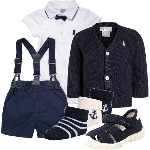 Body bianco manica corta con piccolo papillon, pantaloni corti blu con bretelle, maglioncino Ralph Lauren blu scuro e sandalini Naturino blu scuro con strappo da usare con il calzino bianco o blu.