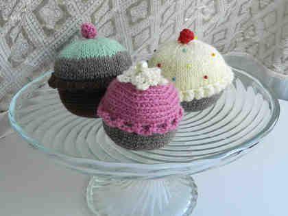 Neulotut ja virkatut cupcake-kakut
