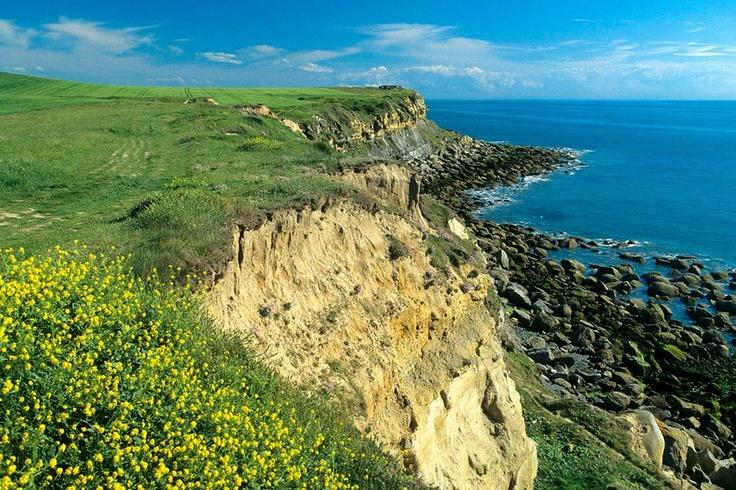 Le Cap Gris Nez, à Audinghen (Pas de Calais, Pays du Boulonnais): Il forme, avec le Cap Blanc Nez situé plus au nord, le Grand Site des 2 Caps, labellisé Grand Site de France depuis 2011. Audinghen était aussi le fief de Raoul de Godewarsvelde, amoureux de la mer, du Cap Gris Nez et de la pêche (d'où sa casquette de pêcheur qu'il ne quittait jamais). Il y trouva la mort le 14 avril 1977 et y sera enterré quelques jours plus tard...