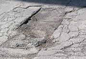 le strade manifestano sempre problemi, sia per le basse temperature e gli eventi metereologici avversi che per le sollecitazioni del traffico, soprattutto quello pesante. Gli stessi problemi – aggiunge - si aggravano perché gli interventi di manutenzione ordinaria, che pur vengono regolarmente effettuati, risultano poco efficaci e di breve durata