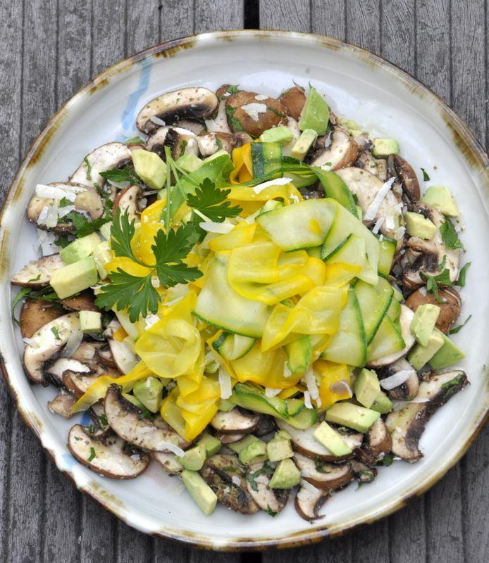 Salade de champignons, avocat, courgettes et parmesan