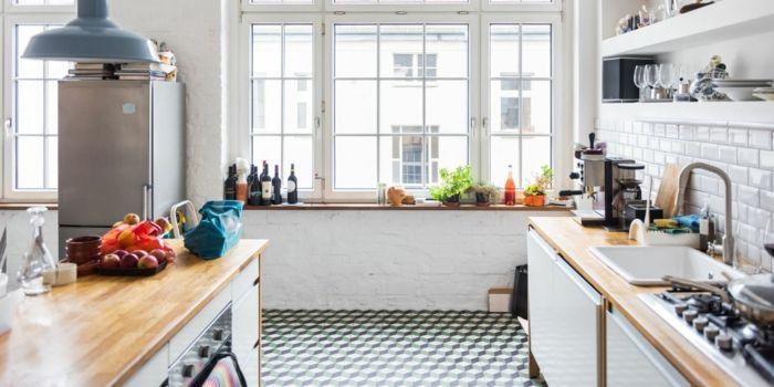 meuble cuisine repeint en blanc plan de travail bois carrelage blanc frigo inox mur d accent en briques blanchies suspension bleue deco campagne relooker cuisine