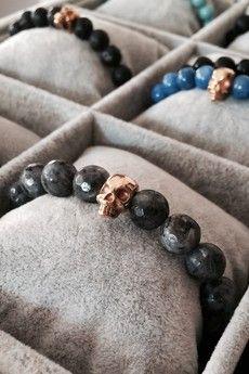 Dizarro to męska biżuteria najwyższej jakości produkowana z kamieni półszlachetnych, srebra, złota oraz kryształów Swarovski™.  Bransoletka wykonana z większych kulek labradorytów oraz czaszki pokrytej 23-karatowym złotem.Szczegóły:- czaszka pokryta 23-karatowym, włoskim złotem.- bransoletka wkładana na elastycznej gumce- WIĘKSZE KULKI! średnica kulek: 10 mm- bransoletka zapakowana w eleganckie, czarne pudełko