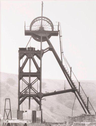 "Förderturm, ca. 1910, ""Blaenserchan"" Colliery, Pontypool, Südwales (Winding Tower, ca. 1910, ""Blaenserchan"" Colliery, Pontypool, South Wales), from the portfolio Industriebauten (Industrial Buildings)"