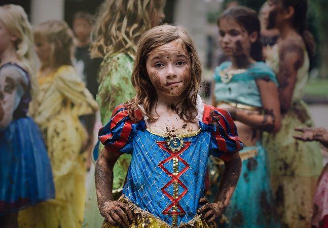 """Na onda dos muitos cursos de desprincesamento que vêm surgindo por aí, a própria Disney decidiu reinventar o conceito de ser uma princesa - e o resultado é mais do que inspirador. Lançada em fevereiro de 2016, a campanha Dream Big, Princess (""""Sonhe alto, princesa"""", em inglês) ganhou uma poderosa atualização recentemente. https://youtu.be/oYcGSeXiUI8 Neste mês a campanha cresceu com a ajuda de 19 fotógrafas de 15 países diferentes. Elas foram convidadas pela Disney a fotografar meninas e…"""