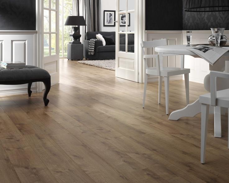 Lichte muren met iets meer donkere vloer. Gecombineerd met zwarte/witte/grijze meubels.