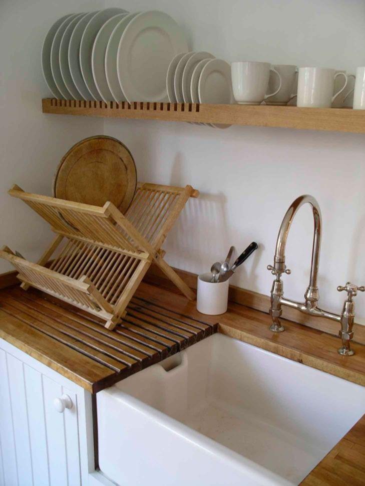 Сушилка для посуды в шкаф: советы по выбору и 70 практичных вариантов для современного интерьера http://happymodern.ru/sushilka-dlya-posudy-v-shkaf/ Оригинальная кухня с настольной сушилкой у раковины и дополнительной полкой над ней