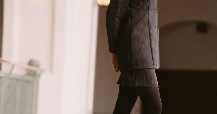 Vestidos para usar com meias-calças pretas opacas. Mostre suas pernas usando uma meia-calça preta opaca e de fio grosso com salto alto e saia ou vestido acima do joelho para exibir um visual chique e confortável durante o inverno. Essas meias-calças pedem por um vestido curto. De festivos cintilantes ao xadrez casual, um vestido curto se torna uma declaração de moda quando pareado com essas meias ...