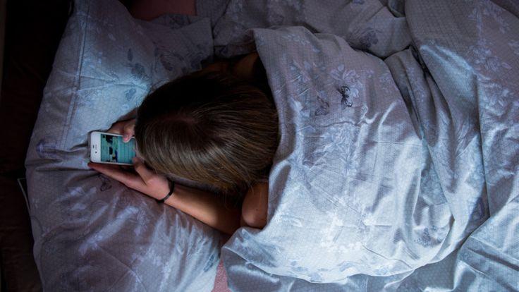 14 procent van de meisjes is elke dag vijf uur of langer actief op sociale media. Onder jongens is dat 6 procent.